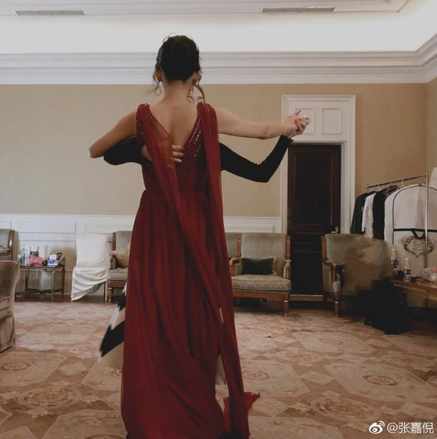 张嘉倪穿露背红裙