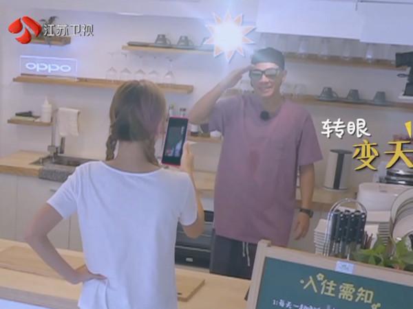 陈小春一听见儿子声音,立刻露灿笑。
