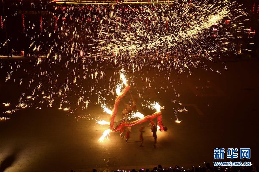 12月30日晚,在山东省枣庄市台儿庄古城,民间艺人在表演&amp;ldquo;火龙钢花&amp;rdquo;。<br/>