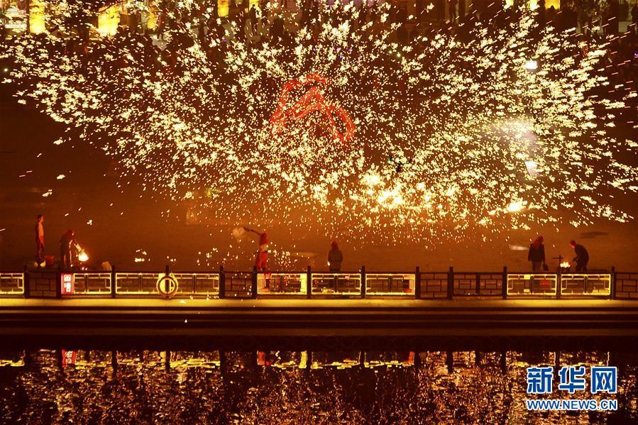<br/>  12月30日,山东省枣庄市台儿庄古城&amp;ldquo;2018年贺年会&amp;rdquo;邀请民间艺人表演&amp;ldquo;火龙钢花&amp;rdquo;节目,迎接2018年的到来。<br/>
