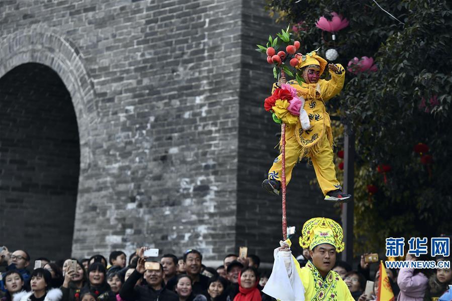 <br/>  12月31日,舞龙、旱船、高跷等社火表演队伍在山东台儿庄古城巡游表演,恭贺新年。<br/>