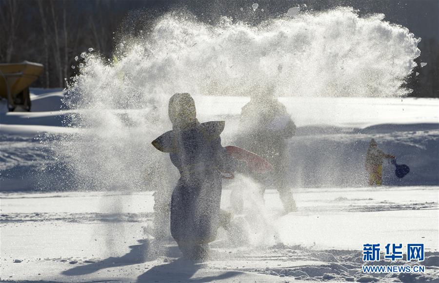 午后温暖的阳光下,来自全国各地的游客相聚新疆喀纳斯景区禾木村,用泼雪庆祝的方式迎接新年的到来。记者日前在采访时看到,禾木村的白雪洁净柔软,阳光之下宛如泛着金光的雪白地毯。五湖四海的游客借助各式工具从齐膝的雪地上将白雪铲起,泼向认识或不认识的朋友。雪花从天空落下之时伴着一片欢声笑语,大人们抛去了生活和工作中的烦恼,孩子们也在茫茫雪原之上挥洒着童真烂漫。<br/>