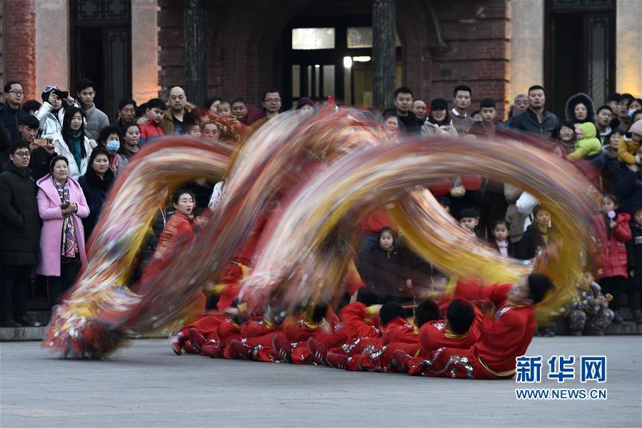 12月31日,舞龙、旱船、高跷等社火表演队伍在山东台儿庄古城巡游表演,恭贺新年。<br/>