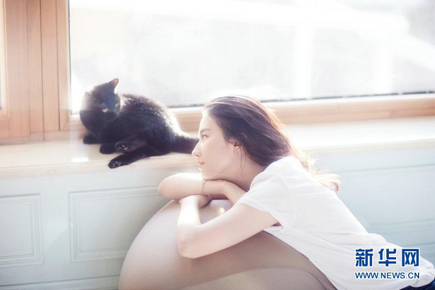 公開された写真で劉亦菲は、ラフなホワイトのTシャツやワイシャツを着て、柔らかな日差しを浴びながらネコと一緒に写っている。その様子はいつものクールなイメージと違い、少女のような一面を見せている。(編集KN)<br/>