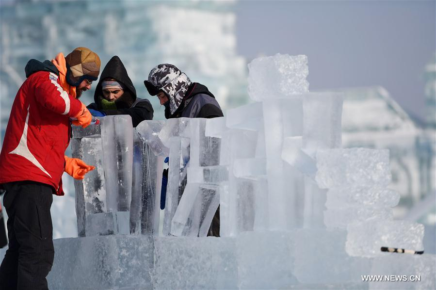 Contestants carve ice sculpture during an international ice sculpture competition in Harbin, capital of northeast China's Heilongjiang Province, Jan. 2, 2018. Fourteen teams from home and abroad participated in the contest. (Xinhua/Wang Jianwei)<br/>
