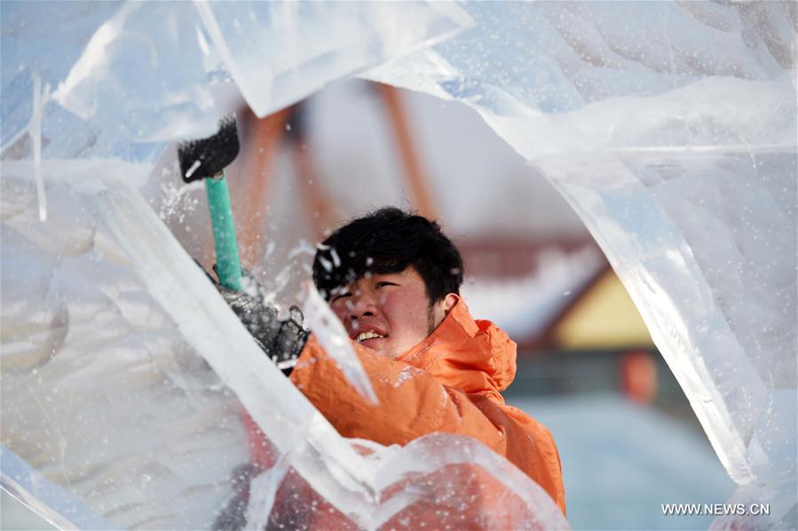 A contestant carves ice sculpture during an international ice sculpture competition in Harbin, capital of northeast China's Heilongjiang Province, Jan. 2, 2018. Fourteen teams from home and abroad participated in the contest. (Xinhua/Wang Jianwei)<br/>