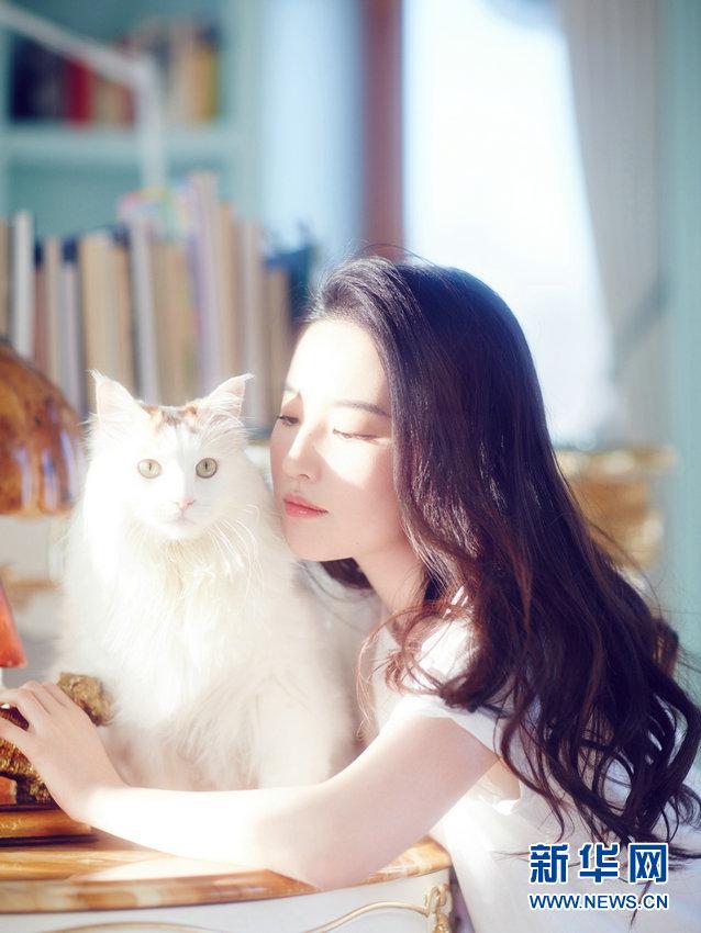 女優の劉亦菲(リウ・イーフェイ)がネコと一緒に写る一連の画像がこのほど公開された。新華網が報じた。<br/>
