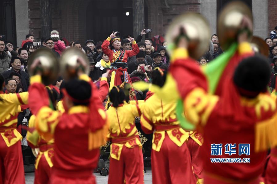 1月1日,在台儿庄古城复兴广场,民间艺人在表演威风锣鼓。