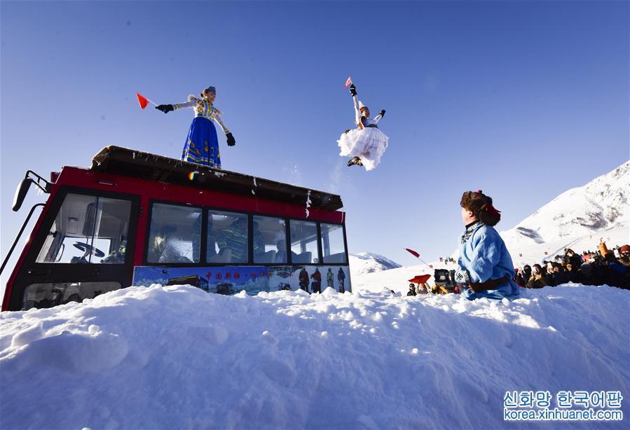 1월 1일, 현지 주민이 스키 점핑을 선보이고 있다. 이날, 제 10회 신장 카나스빙설 관광축제 겸 제 1회 허무(禾木) 국제 퍼쉐제(潑雪節:눈 뿌리는 축제)가 카나스(喀纳斯) 허무촌(禾木村)에서 개막되었다. 스키 점핑, 고대스키사냥경기, 눈판오토바이, 고산 스키 연기와 함께 단체로 눈을 뿌리는 행사 종목들은 관광객들로 하여금 마음껏 겨울을 즐기게 했다. [촬영/신화사 기자 자오거(趙戈)]<br/>