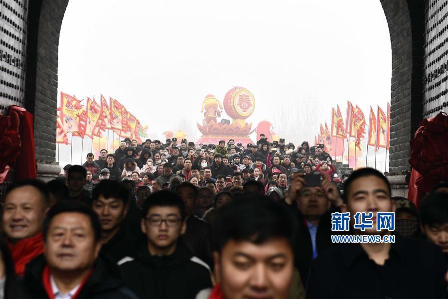 1月1日,游客进入台儿庄古城游览。<br/>