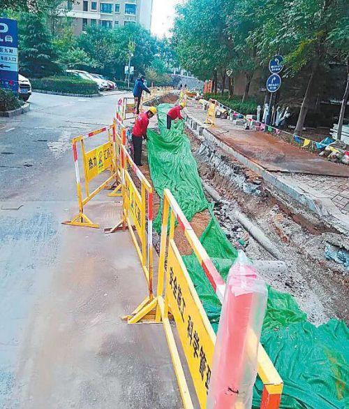 济南热力集团的工作人员在施工小区进行二次管网改造。(资料片) 本报记者王皇摄