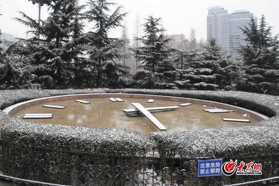 1月4日,受暖湿气流和冷空气共同影响,临沂市区以及多个县区迎来2018年首场降雪。<br/>
