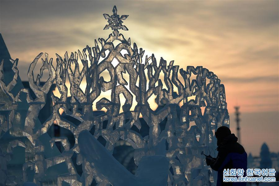 1월 3일, 얼음조각 선수들이 하얼빈빙설월드에서 창작을 진행하고 있다. 당일, 하얼빈빙설월드에서 개최한 국제얼음조각대회가 4일째 경기에 접어들었다. 세계 각지에서 온 얼음조각 선수들의 알뜰한 조각을 통해 아름다운 예술 작품으로 변신한 얼음 덩어리의 맑고 투명한 모습은 마치 &amp;lsquo;얼음&amp;rsquo; 위에 활짝 핀 연꽃을 방불케 했다. [촬영/ 신화사 기자 왕젠웨이(王建威)]<br/>