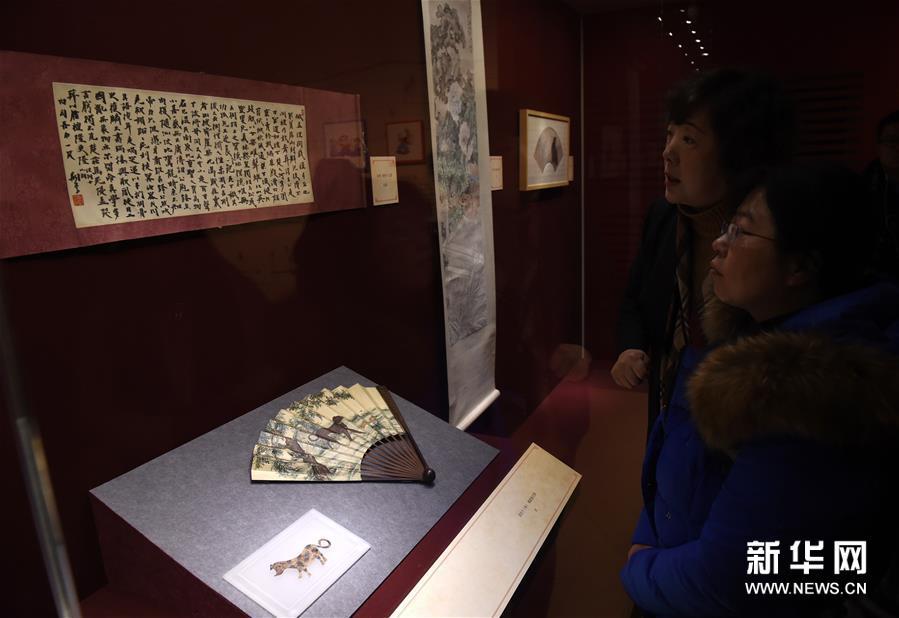 1月5日,观众在参观犬题材书画、皮影等文物。新华社记者孙参摄<br/>