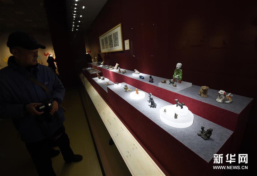 1月5日,观众在参观历代犬题材文物。新华社记者孙参摄