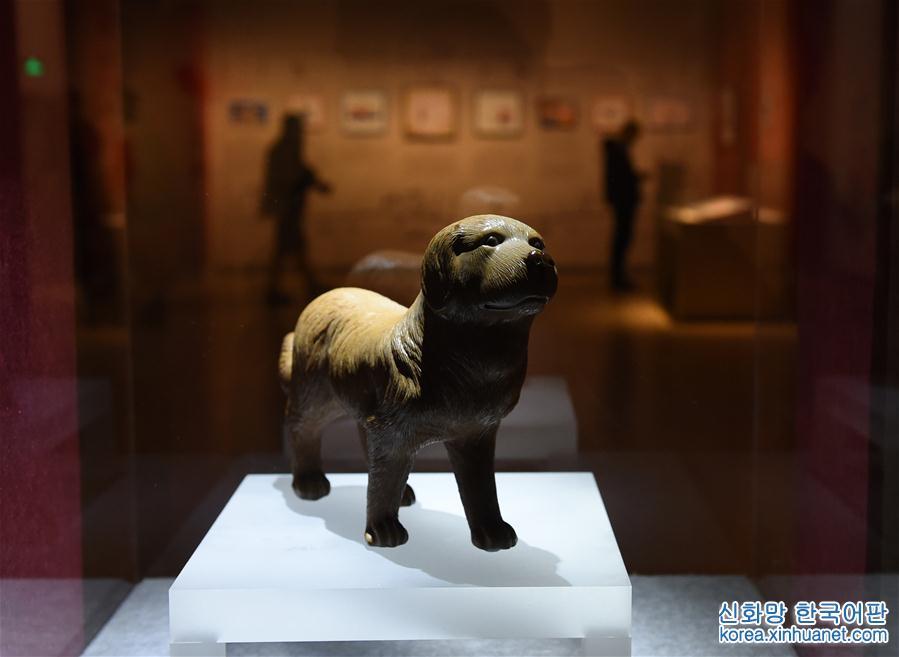 1월5일, 청나라 시대 도자기로 만든 개 공예품이 전시실에 진열되어 있다. 지난 5일 난징박물원이 무술년 개띠 해를 맞아 개최한 &amp;lsquo;행운의 개&amp;mdash;난징박물원 소장 犬문화재 특별전&amp;rsquo;이 개막됐다. 전시회는 개를 소재로 한 각종 문화재 수백 점을 진열해 전통적인 개띠 문화와 예술을 소개했다. [촬영/신화사 기자 쑨천(孫參)]<br/>