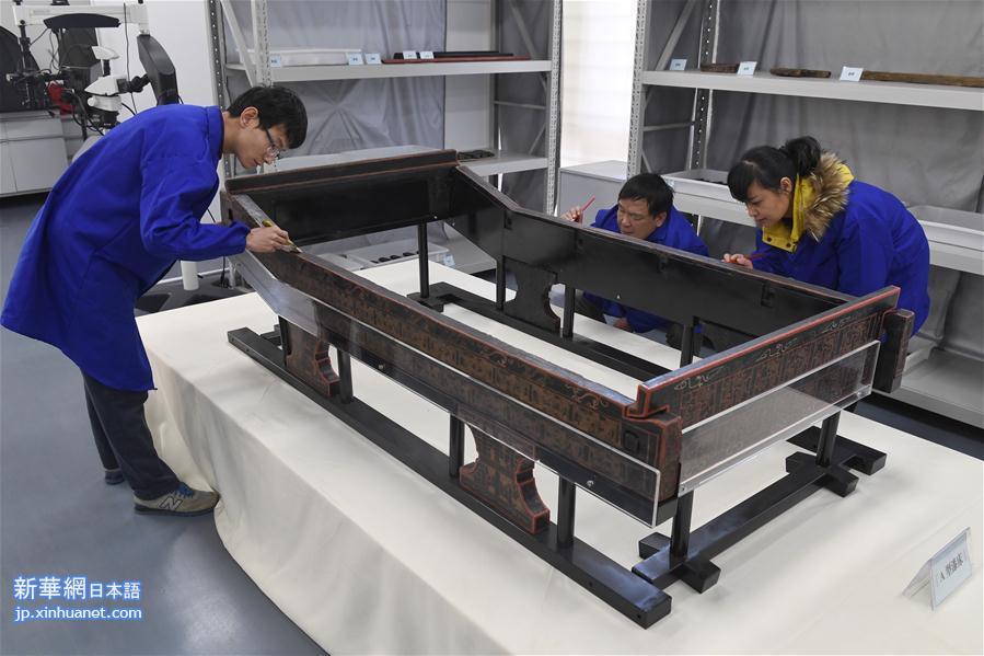成都文物考古研究院の文物保護修復センターはすでに、商業街船棺墓から出土した漆塗りベッド、漆塗り膳など290点以上の漆器をすべて復元した。これには規模のやや小さいA型漆塗りベッドが含まれており、このベッドの表面にも龍紋と鳳凰紋が描かれていることから、研究者は古蜀の王妃が使用していたものではないかと考えている。