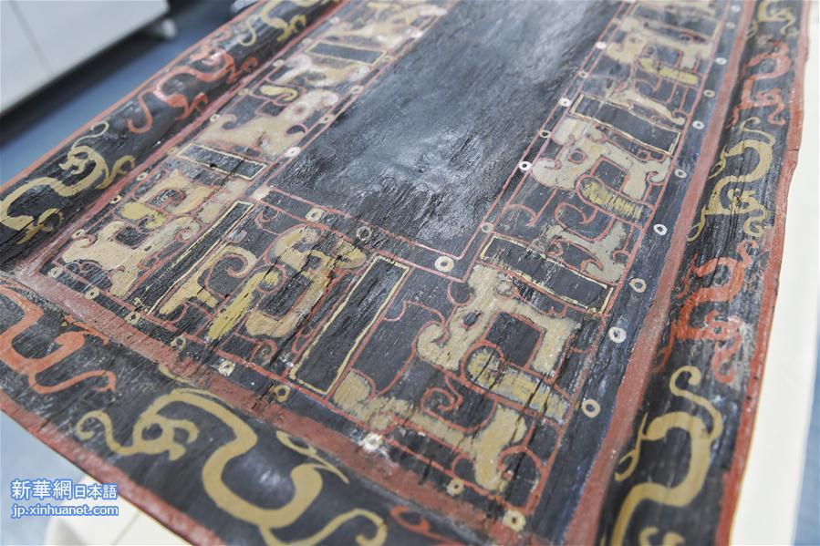 記者は成都文物考古研究院の文物保護修復センターで復元されたB型漆塗りベッドを見学した。この「龍床」は現代の一般家庭で使われるベッドよりも大きく、ベッドの片側がやや上に反り返っていて、上部には天井のような設計の天蓋がある。漆塗りベッドの脚部は黒い漆色で、ベッドの前部と後部、側面にはそれぞれ朱色と赤褐色で振り向く龍の紋と蟠螭文が描かれており、全体に古代帝王の王者の風格がにじみ出ている。<br/>  成都文物考古研究院の文物保護修復センターの研究館員補佐を務める楊弢氏の紹介によると、この漆塗りベッドの長さは約2.55メートル、幅が約1.3メートル、高さは約1.8メートルだ。45個の部品からなっており、最大の部品の長さは3.2メートル、最小の部品の長さはわずか20センチだ。すべての部品は組物で連結され、非常に頑丈に作られている。<br/>