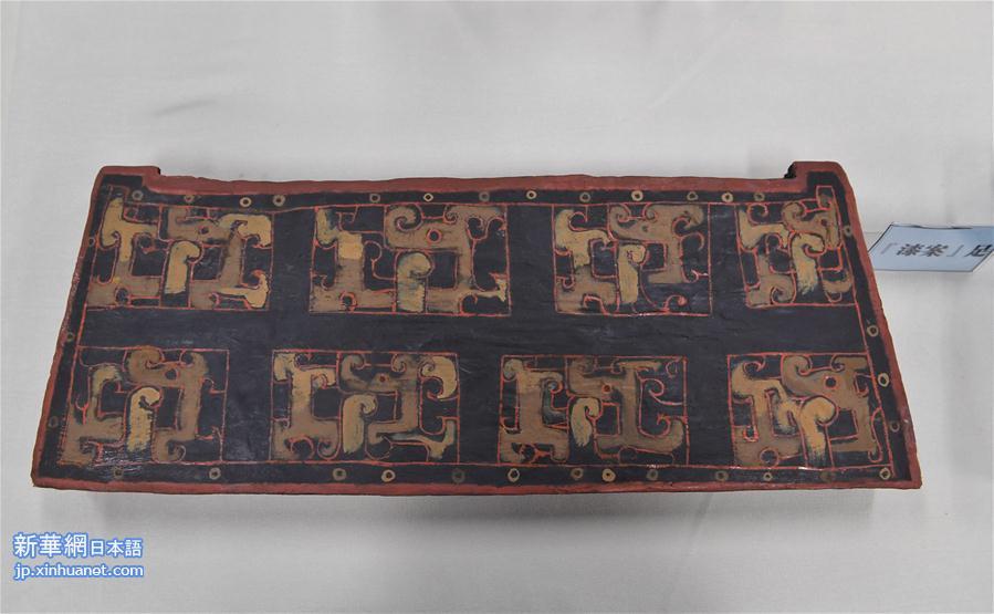 さらに驚きなのは、天蓋の部品と骨組みには同じような文字の刻印記号があることだ。楊弢氏は記者に、これらの記号はおそらく当時このベッドを製作した職人が残したもので、同センターの職員はこの記号の「指示」に従って、天蓋の組物を正確に組み上げたと説明してくれた。<br/>