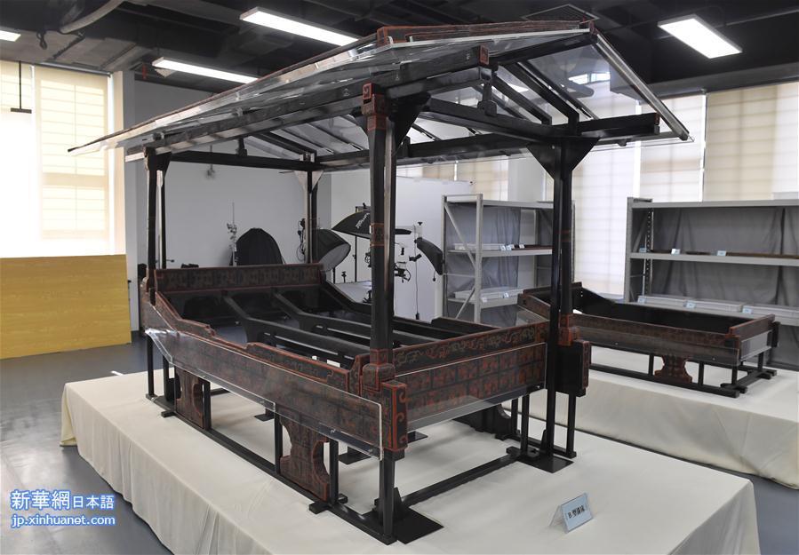 成都文物考古研究院は8日午後、17年に渡る保護・修復作業を経て、約2500年前の古蜀の王の「龍床(皇帝のベッド)」を復元したと発表した。これは中国の考古学がこれまでに発見した中で最古で、最も保存状態がよく、構造が最も複雑な漆塗りのベッドである。<br/>  この古蜀の「龍床」は、2000年8月に成都市の商業街船棺墓群から出土した。戦国時代初期の商業街船棺墓は、これまで中国の考古学が発見した中で最大規模の船棺墓であり、専門家は一般に古蜀の開明王の家族の墓地だったと見ている。<br/>
