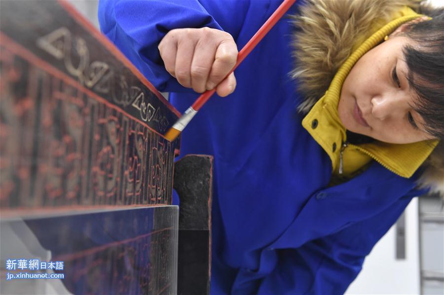 <br/>  当時、商業街大型船棺墓群の発掘の現場指揮をとり、現在は成都市文化広電新聞出版局の文物保護・考古学所所長を務める顔勁松氏は、形状や装飾図案などから見て、この漆塗りベッドは最高クラスのもので、古蜀の王またはその家族が使用していたのではないかと見ている。また、このベッドに残されている記号は古蜀文字と密接な関係があり、神秘的な古蜀文字の解読の新たな手がかりをもたらした。<br/>