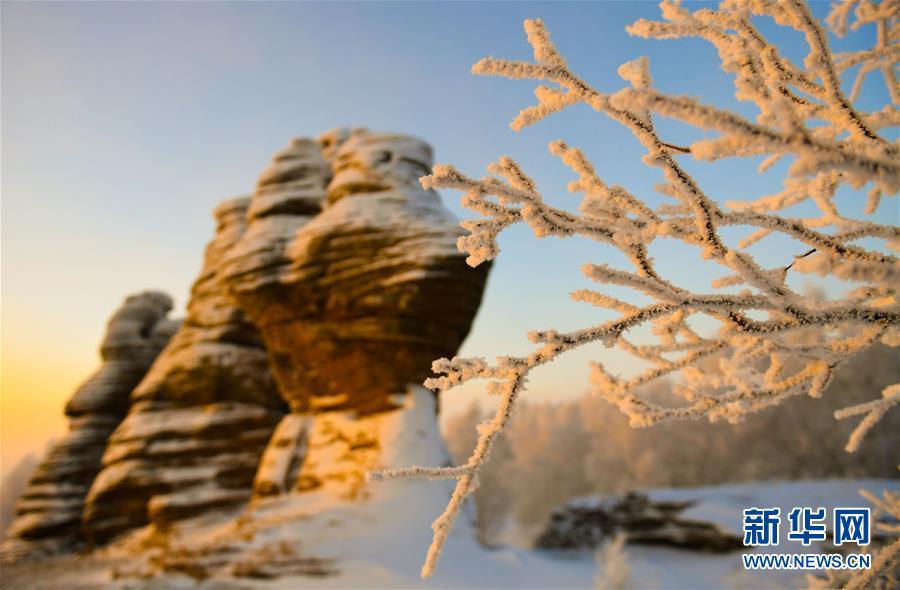 近日,地处内蒙古自治区东部的克什克腾世界地质公园迎来连续降温降雪霜冻天气,形成大面积的雾凇景观,美不胜收。<br/>