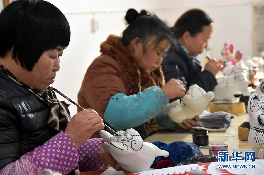 <br/>   1月11日,凤翔泥塑艺人在给泥塑作品描线。