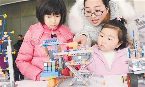 河南郑州图书馆,小朋友体验机器人魔方