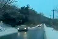 路面结冰车辆失控撞警车