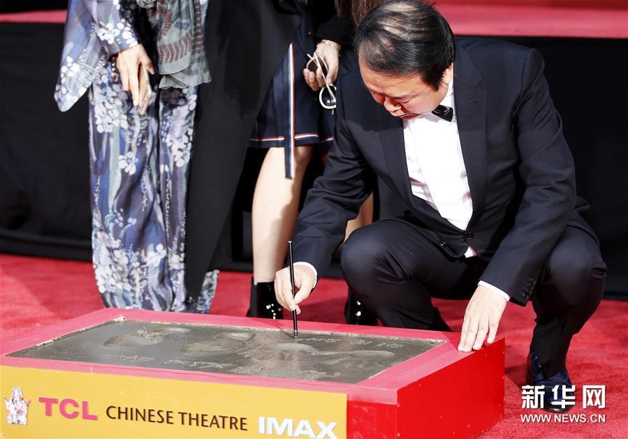 1月18日,在美国洛杉矶好莱坞TCL中国剧院,高希希在留印仪式上写下日期。中国导演高希希18日在美国好莱坞TCL中国剧院留下手印和脚印。 新华社记者李颖摄<br/>