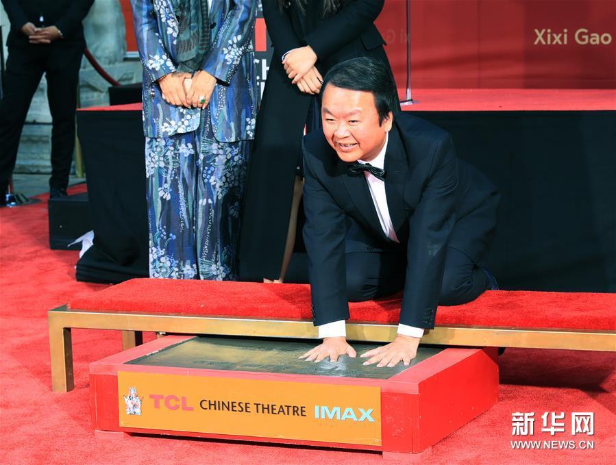 1月18日,在美国洛杉矶好莱坞TCL中国剧院,高希希留下手印。 中国导演高希希18日在美国好莱坞TCL中国剧院留下手印和脚印。新华社记者李颖摄