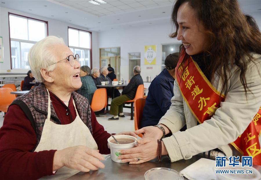 <br/>  1月24日是农历腊月初八,各地爱心企业、志愿者等为人们带来热腾腾的腊八粥,送上寒冷冬日里的浓浓暖意。<br/>