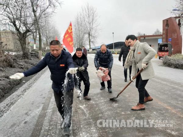 """贵州变身""""冰雪世界"""" 福泉市众志成城抗凝冻保民生"""