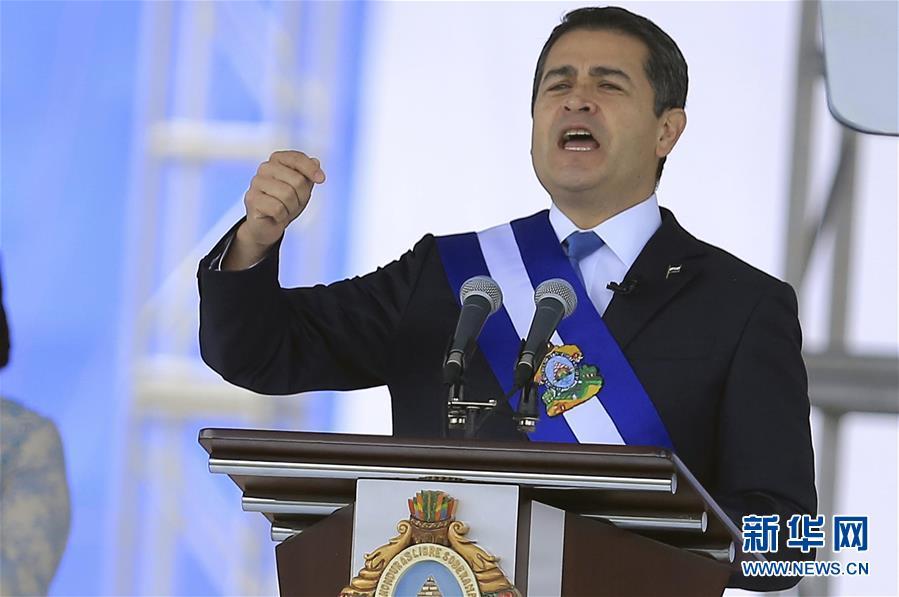1月27日,在洪都拉斯首都特古西加尔巴,洪当选总统胡安&amp;middot;奥兰多&amp;middot;埃尔南德斯发表就职演讲。洪都拉斯当选总统胡安&amp;middot;奥兰多&amp;middot;埃尔南德斯27日在首都特古西加尔巴正式宣誓就职,成为该国首位连任的总统。 新华社发(拉斐尔&amp;middot;奥乔亚摄)<br/>