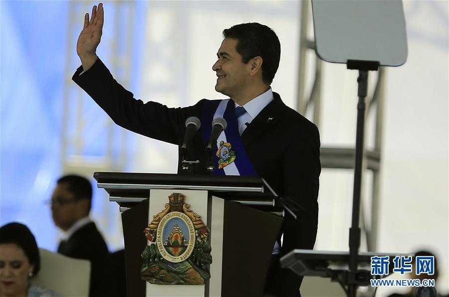 1月27日,在洪都拉斯首都特古西加尔巴,洪当选总统胡安·奥兰多·埃尔南德斯出席就职仪式。洪都拉斯当选总统胡安·奥兰多·埃尔南德斯27日在首都特古西加尔巴正式宣誓就职,成为该国首位连任的总统。 新华社发(拉斐尔·奥乔亚摄)
