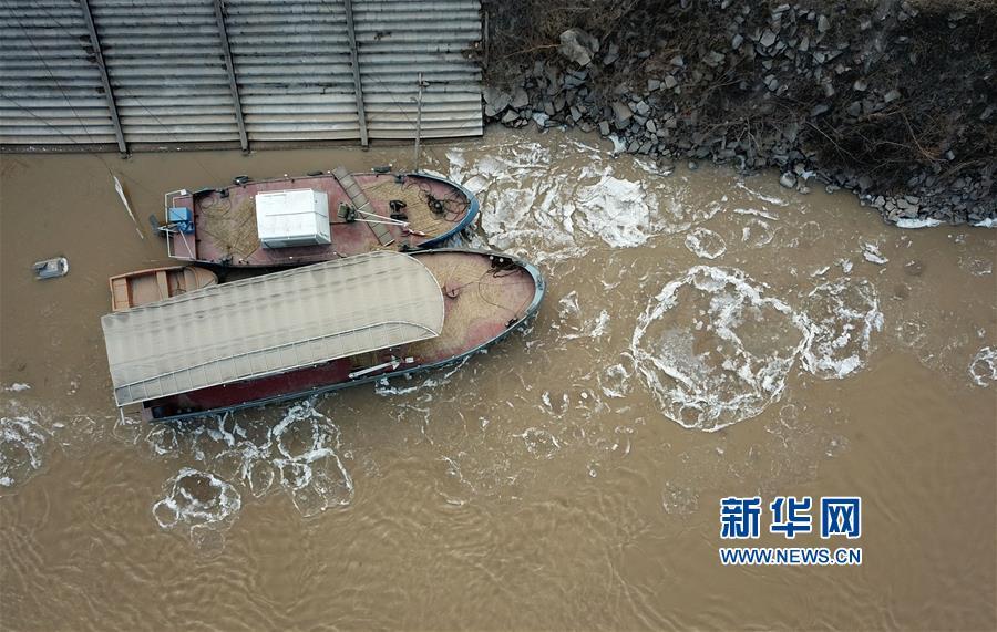 1月26日,在黄河济南段,大块冰凌在河面上流淌。<br/>