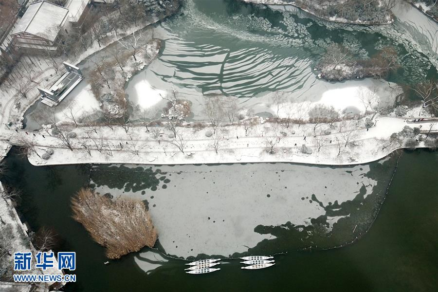 <br/>  1月28日,山东省济南市普降大雪,位于济南市区的大明湖银装素裹,风景优美如画。<br/>