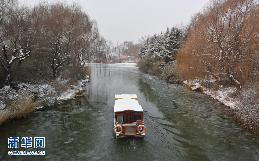 1月28日拍摄的雪后的济南大明湖美景。