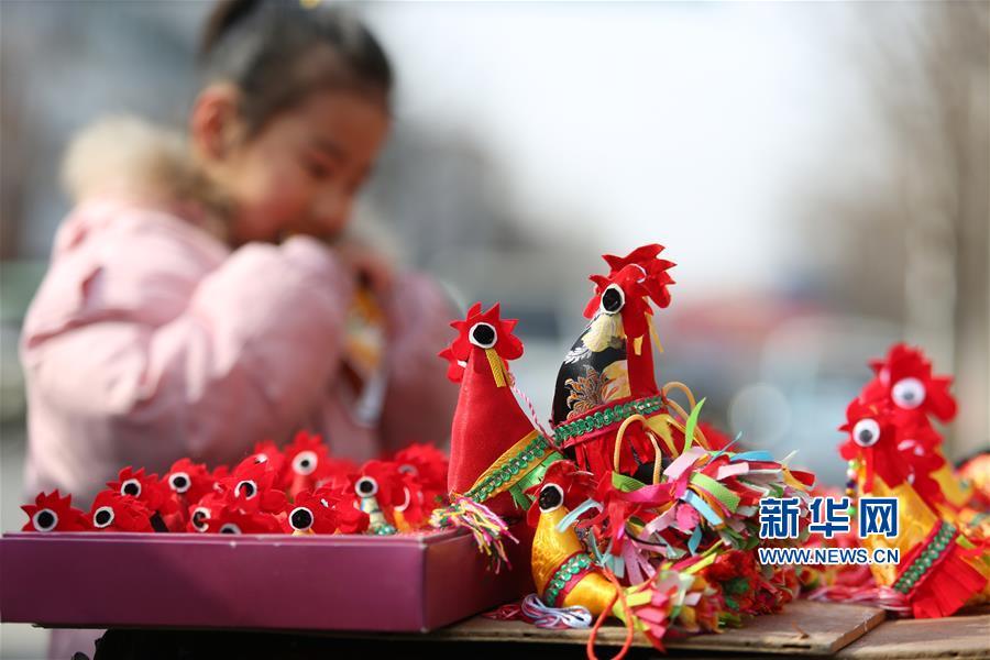 这是1月30日在山东省临沂市郯城县街头拍摄的&amp;ldquo;春鸡&amp;rdquo;。<br/>