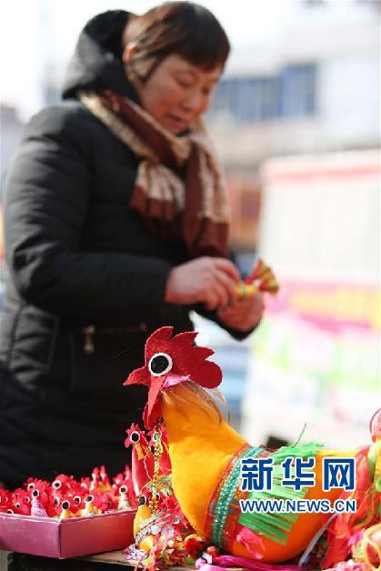鲁南地区农村有在&amp;ldquo;立春&amp;rdquo;之日给孩子佩戴&amp;ldquo;春鸡&amp;rdquo;的习俗,以此希望孩子在新的一年里丰衣足食、茁壮成长、吉祥平安。<br/>