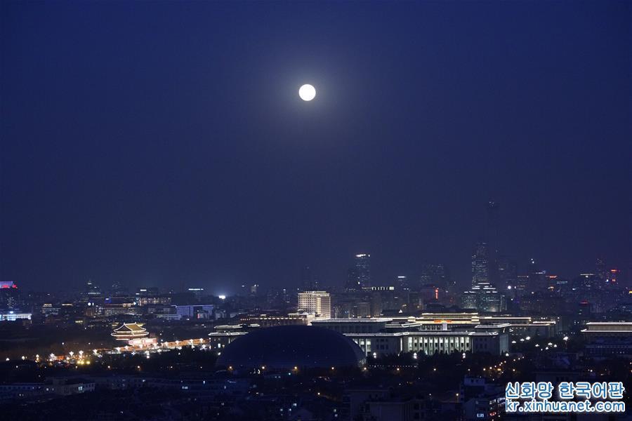 이것은 1월 31일 베이징 쉬안우먼(北京宣武門)에서 촬영한 달이다. 이날 정유년 닭의 해 마지막 보름달이 뜬 밤하늘에 개기 월식의 장관이 상연되었다. 중국의 대부분 지역에서 모두 이 &amp;lsquo;붉은 달&amp;rsquo;이 밤하늘에 높이 떠 있는 매력적인 현상을 볼 수 있었다. [촬영/ 신화사 기자 싱광리(邢廣利)]<br/>