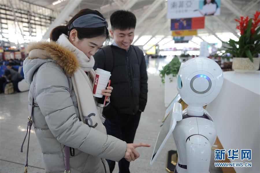 2月3日,在青岛北站候车室,旅客通过问询机器人&amp;ldquo;小路&amp;rdquo;查询信息。近日,一台集合人机交互、人工智能、大数据等多项新技术的问询机器人&amp;ldquo;小路&amp;rdquo;亮相山东青岛北站候车室,为旅客提供车次、检票口、餐饮、问路指引等多项语音问询及查询服务,为春运中的旅客带来便利。新华社发(王海滨 摄)<br/>