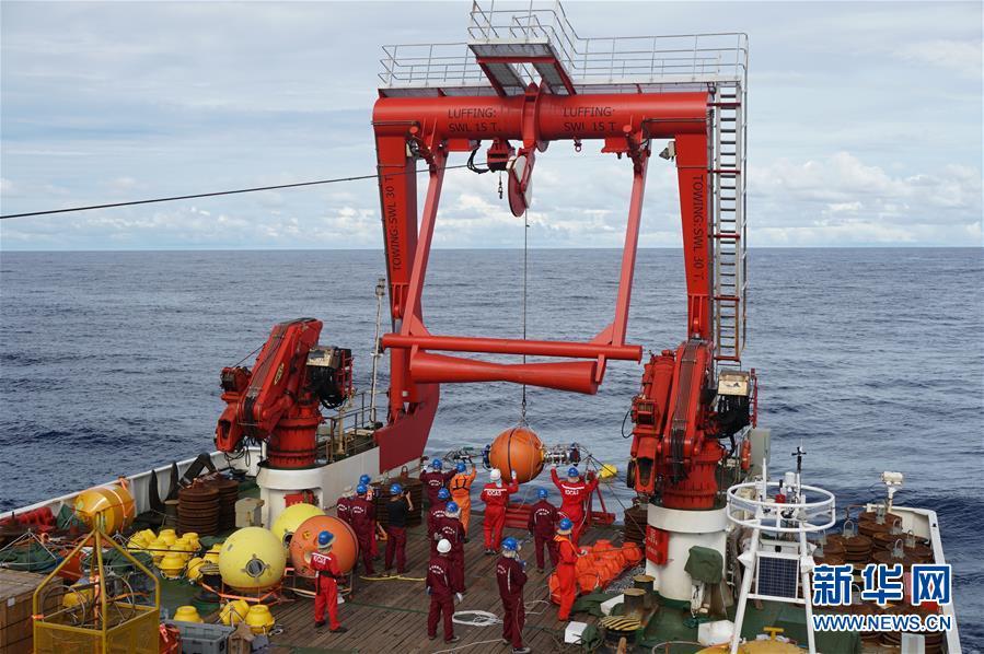 科考队员在布放潜标(2017年12月10日摄)。