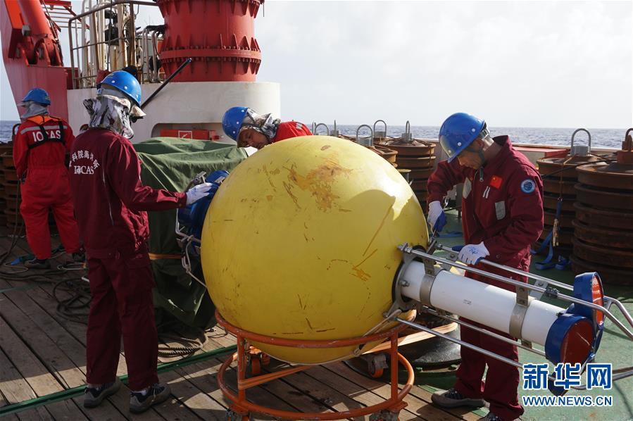 <br/>  科考队员在安装潜标的主浮球(2017年12月4日摄)。2月7日,我国新一代海洋综合科考船&amp;ldquo;科学&amp;rdquo;号在完成2017年西太平洋综合考察航次后,返回青岛西海岸新区的母港。科考队员在本航次成功建成我国首个深海实时科学观测网,西太平洋深海3000米范围内的温度、盐度和洋流等数据实现1小时1次实时传输。<br/>