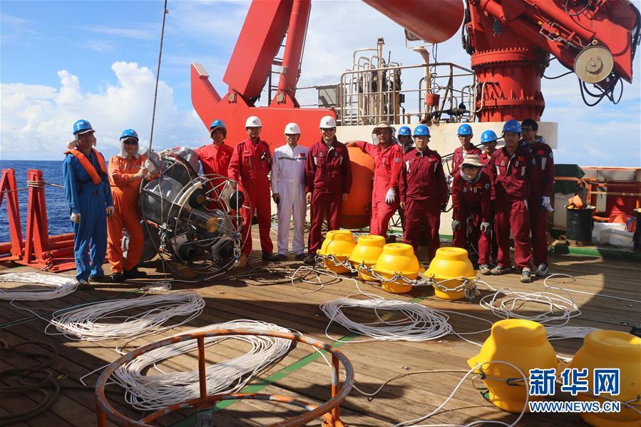 科考队员在潜标布放前合影(2017年12月31日摄)。<br/>