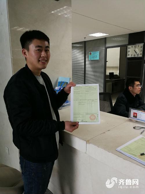企业人员展示首份我市首份中-格原产地证书.jpg