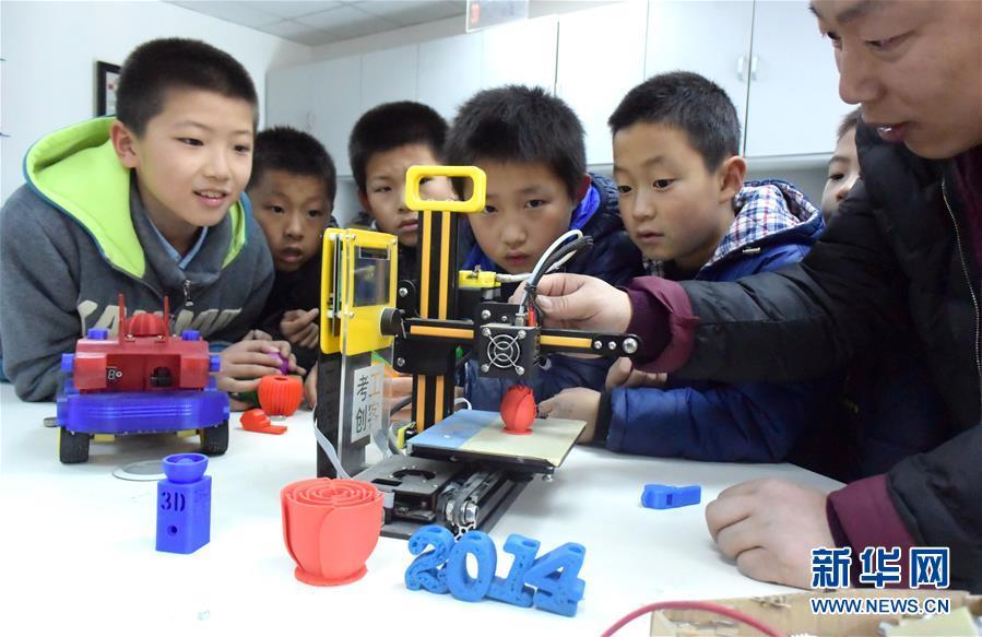 최근, 산동성 치박시 임치구 청소년과학기술관에서,한 직원은 초등학생에게 3D 프린터의 구성과 작업 원리를 설명해주고 있다.