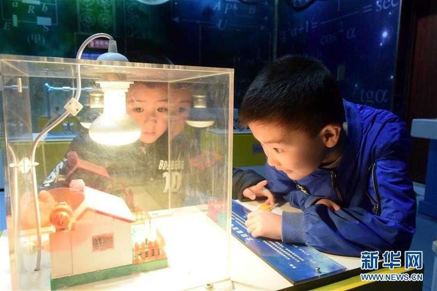 최근, 산동성 치박시 임치구 청소년과학기술관에서, 몇 명의 초등학생은 한 청결 에너지를 전시하는 상호작용 모형을 관람하고 있다.<br/>