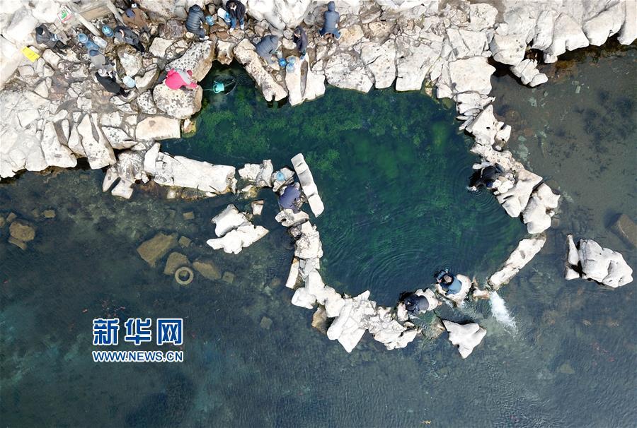 泉水充沛的济南白石泉(2月11日摄,无人机拍摄)。<br/>