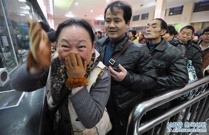 2013년 1월 29일, 창사(長沙, 장사)역 매표구에서 기차역 직원이 한 여성에게 2월 14일 창사 출발 광저우(廣州, 광주)행 침대기차표가 아직 남아 있다고 하자 그녀는 기쁨을 금치 못했다.<br/>